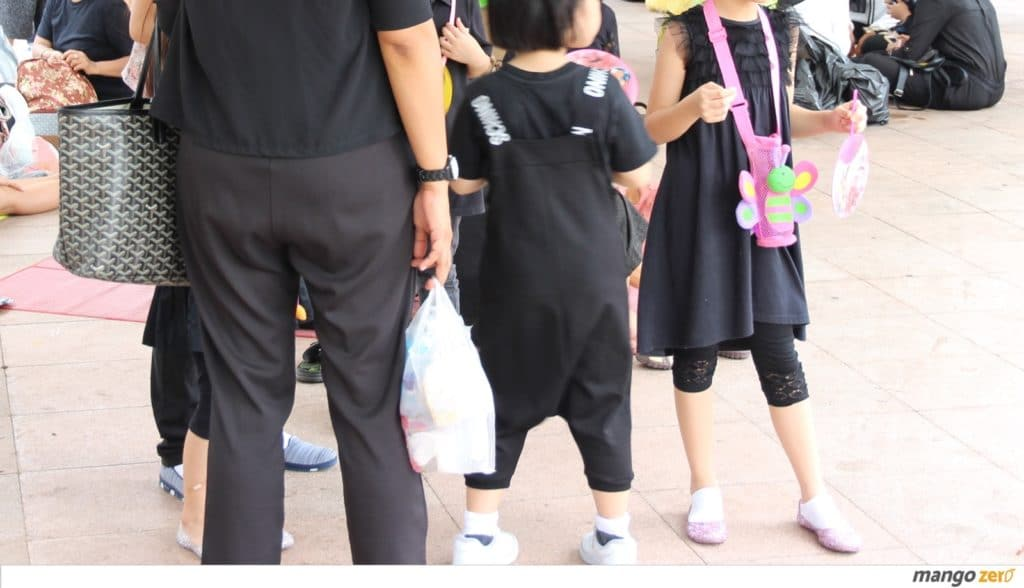 guide-how-to-protect-take-care-children-when-go-to-the-palace-for-pay-respect-the-king-1-1024x588