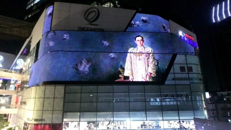 tribute-to-the-beloved-king-bhumibol-adulyadej-at-the-emquartier-32
